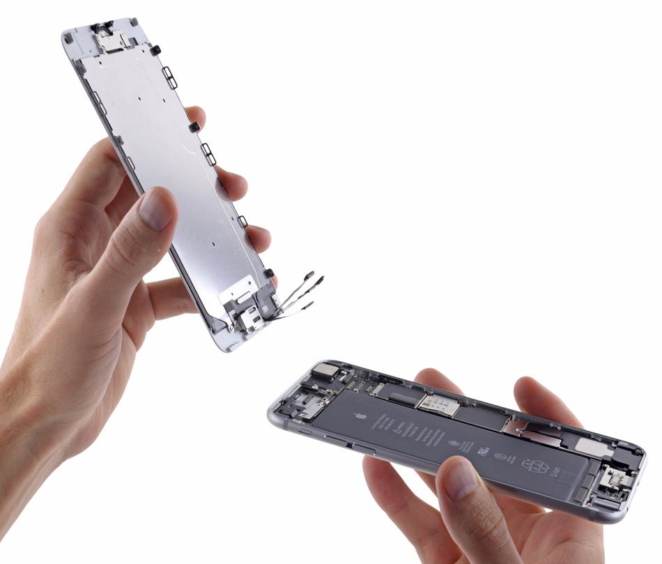 Indeparteaza panoul frontal (partea cu ecranul) de carcasa spate a telefonului.