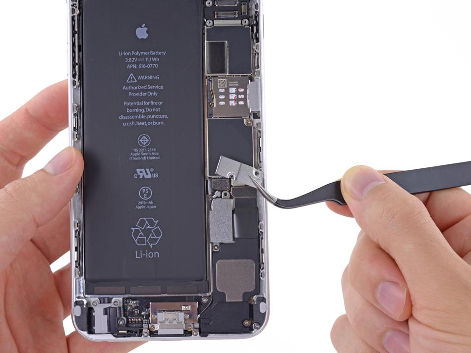 Indeparteaza suportul de metal al conectorului bateriei de la iPhone